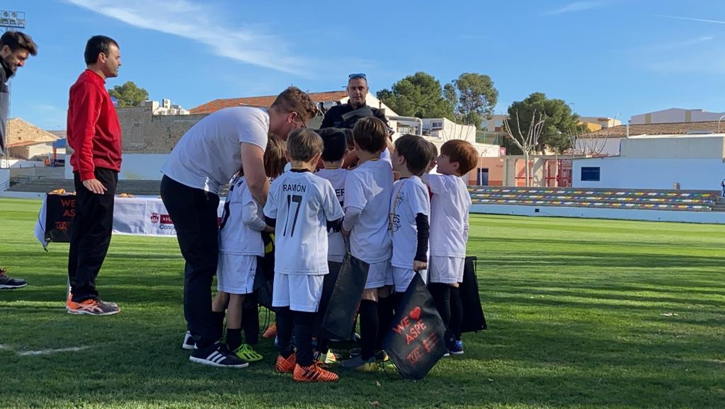Escuela del Aspe Unión Deportiva en el torneo Aspe ciudad del panettone recibiendo sus regalos de parte del conjunto organizador