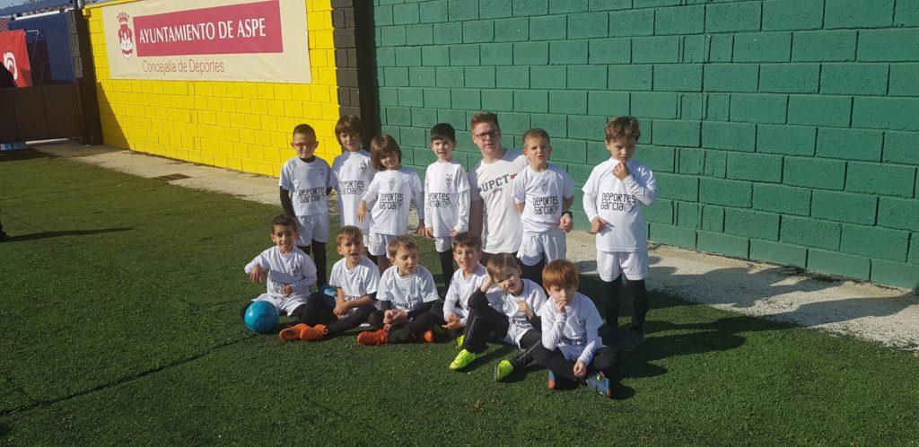 Escuela del Aspe Unión Deportiva en el torneo Aspe ciudad del panetone con su entrenador