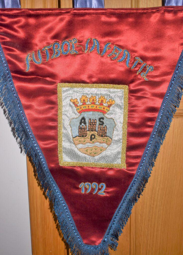 Banderín del fútbol infantil de 1992 con el escudo de Aspe