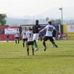 Luis Fornés disputando un balón al contrario